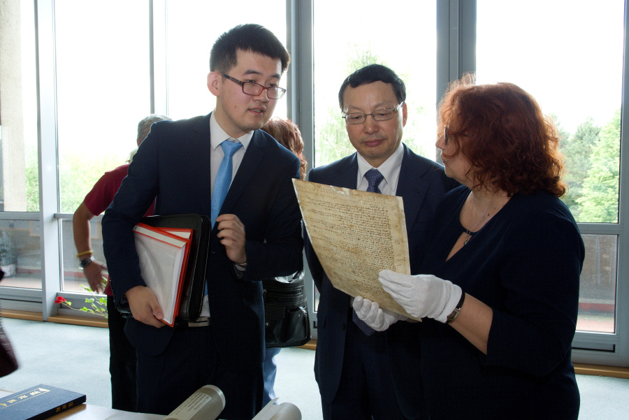 2018-05-22 navsteva velvyslanec CLR kniha Mingovia 11