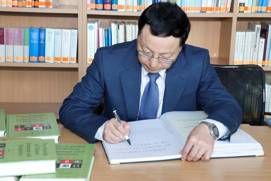 2018-05-22 navsteva velvyslanec CLR kniha Mingovia 12